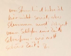 Ein weißes Blatt Papier, mit rötlichem Buntstift beschrieben.