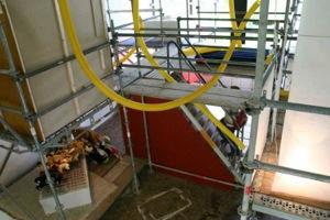 Blick auf Gerüst und Treppe, wo darunter die Installation sich befindet
