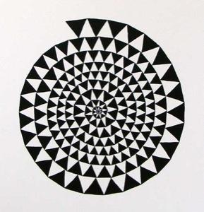 Spirale aus dunklen Dreiecken auf weißer Leinwand