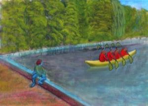Fast das ganze Bild ausfüllend ist ein Wasserbecken, bei denen nur die vorn-linke und hintere Abgrenzung sichtbar ist. Auf der vorderen Abgrenzung sitzt eine Person, in Blau mit roten Haaren - oder ist es eine Badekappe?! Diese Person schaut in das Wasser
