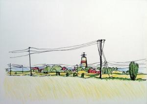 Leuchtturm mit einer Häusergruppe zwischen Bäumen, Büschen, Äcker und Strommasten und dahinter die See