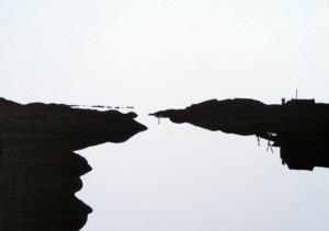 schwarzweiß silhouettenartig, im vordergrund eine Bucht, die rechts und links von der Felsenküste umrahmt wird