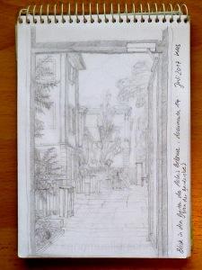 Skizze: Blick durch die offene Tür in den Garten des Palais Bellevue mit Tischen und Hochstühlen