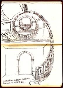 """Das rundgewundene hölzerne Treppenhaus des Palais Bellevue mit zwei Perspektiven: unten normale Perspektive und während der Blick nach oben auf das Blatt wandert, blickt man auch nach """"oben"""" in das Zentrum des Treppenhauses."""