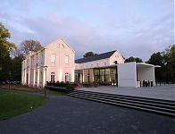 Gesamtansicht des Max Ernst Museums Brühl im Abendrot mit dem Eingang